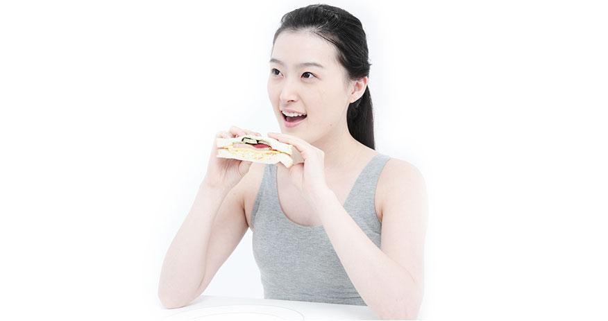 음식을 먹고 있는 여자